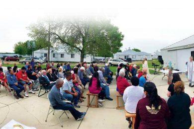 El padre Omar Guanchez se dirige a la multitud durante su homilía el 4 de junio en el campamento de inmigrantes en Brooten.